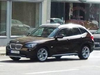 Кроссовер BMW X1 сфотографировали без камуфляжа