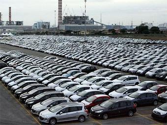 В марте продажи автомобилей в России сократились в два раза