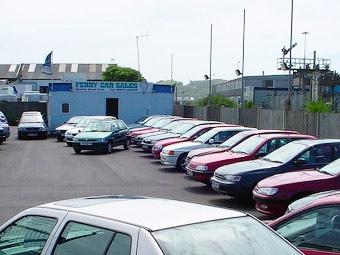 Продажи автомобилей в России в феврале упали на 38 процентов
