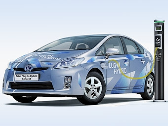 К Франкфурту Toyota научит гибрид Prius подзаряжаться от розетки