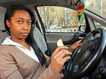 Британскую автомобилистку оштрафовали за поедание бутерброда за рулем