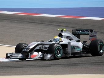 Гонщик Mercedes показал лучшее время на свободных заездах Формулы-1