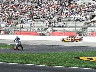 Побег за укатившимся колесом закончился для механика команды NASCAR отстранением от гонок