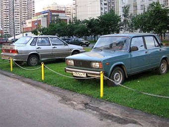 Лужков потребовал увеличить штрафы за парковку на газонах