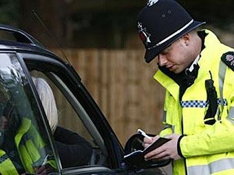 Британский полицейский остановил водителя из-за смеха за рулем