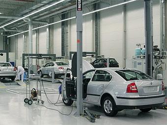 Производство легковых автомобилей в России снизилось втрое