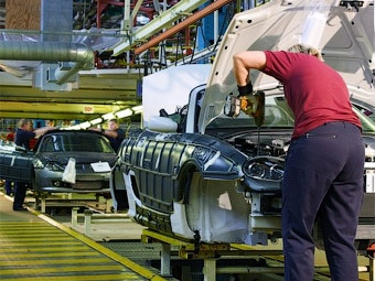 Производство автомобилей в Великобритании снизилось в два раза
