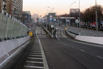 Автоинспекция проверяет прочность московских дорожных ограждений