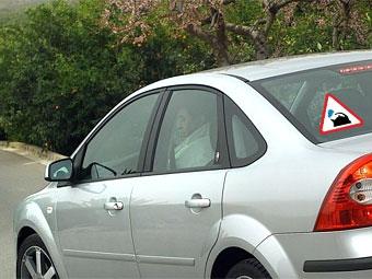 Водителей со стажем менее двух лет обяжут установить на машину спецзнак