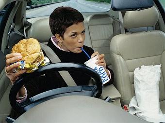 Британских автомобилистов будут штрафовать за еду за рулем
