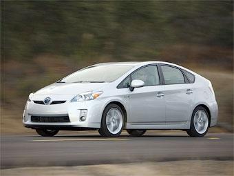 Гибрид Toyota Prius удержал титул самого продаваемого автомобиля в Японии