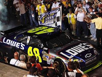 Джимми Джонсон стал победителем серии NASCAR четвертый раз подряд