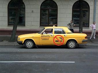 В России предложили запретить водителям такси курить за рулем