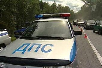 Пьяный водитель 300 метров протащил на капоте сотрудника ГИБДД