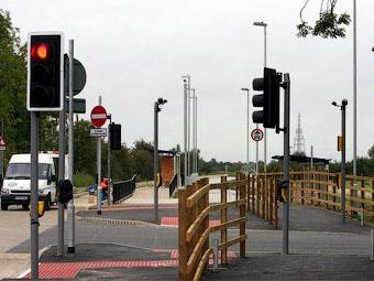 В английской деревне на перекрестке поставили 60 знаков, светофоров и видеокамер