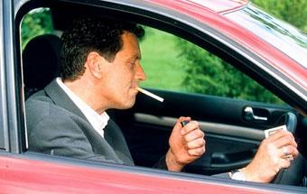 В Великобритании курение за рулем приравняли к нарушению ПДД