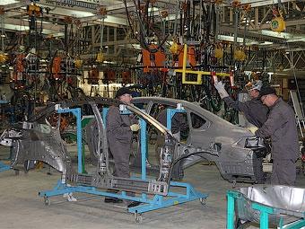 Производство автомобилей в России сократилось в 2,5 раза