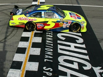 50-летний гонщик выиграл третью гонку NASCAR Sprint Cup в сезоне