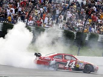 Тони Стюарт выиграл первую гонку NASCAR Sprint Cup за собственную команду