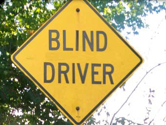 Слепого и глухого водителя обвиняют в лихачестве