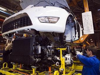 Производство легковых автомобилей в России сократилось в 2,5 раза