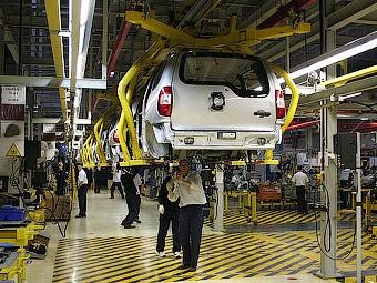 Производство автомобилей в России упало в два раза