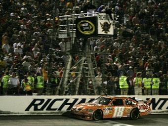 Кайл Буш одержал третью победу в этом сезоне в NASCAR Sprint Cup