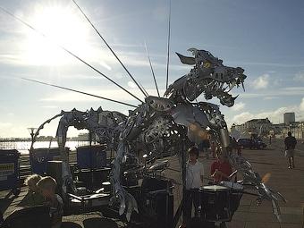 Англичанин сделал скульптуру дракона из колесных колпаков