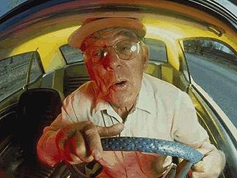 Пожилым японцам предложили обменять водительские права на льготы