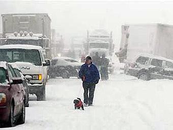 Из-за снегопада в США столкнулись десятки автомобилей