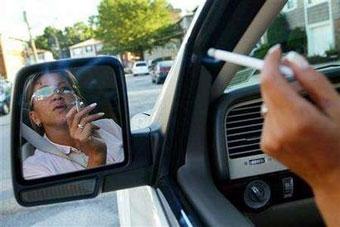 В России предлагают запретить курить за рулем