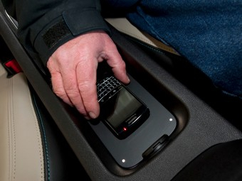 GM оснастит автомобили беспроводной зарядкой для телефонов