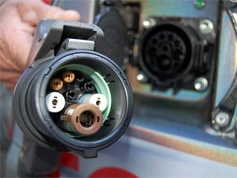 Toyota и Nissan согласились унифицировать зарядные устройства для электрокаров