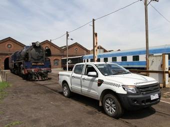 Пикап Ford прокатил 160-тонный локомотив