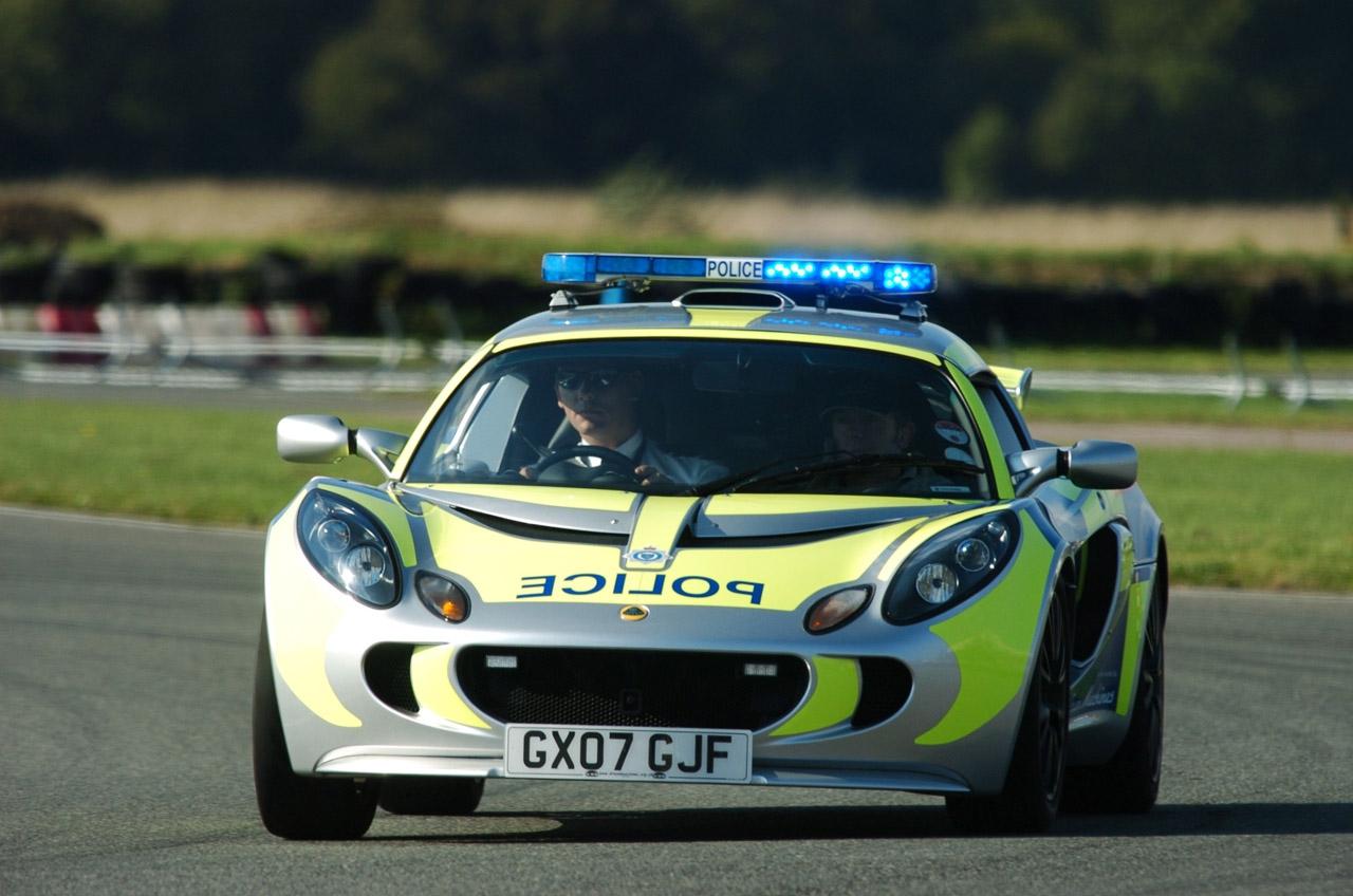"""Английские полицейские получили машину для """"разговоров со стритрейсерами"""""""