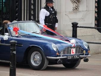 Копии свадебного кабриолета принца Уильяма выставят на торги