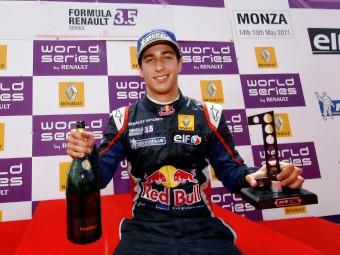 Риккардо выиграл гонку в Монце благодаря штрафу Верня