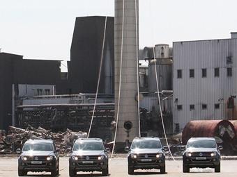 Пикапы VW снесли 140-тонную трубу
