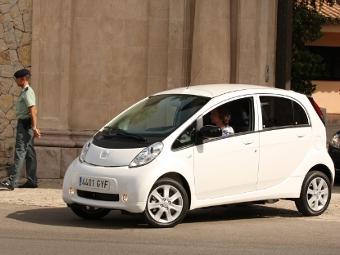 Испанская королева прорекламировала электрокар Peugeot iOn