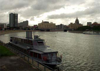 В Москва-реку сброшены нефтепродукты