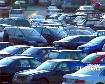 """Лужков назвал ОСАГО """"обдираловкой"""" и разрешил москвичам парковаться во дворах"""