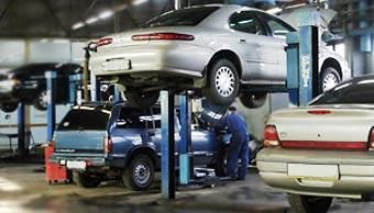 Лужков обязал столичные автосервисы проверять токсичность машин