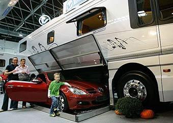 В Германии построили дом на колесах со встроенным гаражом