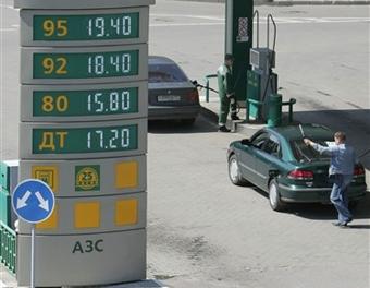 Лужков пообещал не допустить роста цен на бензин в Москве