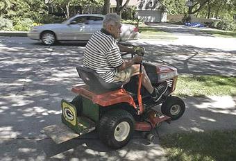 Пьяному водителю газонокосилки грозит срок