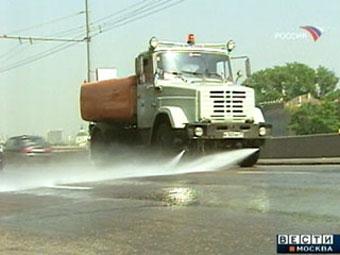 Московские дороги из-за жары начали поливать водой