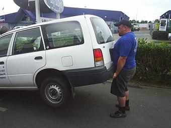 Бодибилдеры вытащили машину из двухметровой ямы за несколько минут