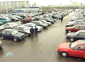 Продажи российских машин снизились почти вдвое