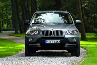 BMW анонсировала начало продаж новых внедорожников X3 и X5 в России