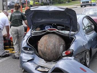 Крановщик не смог спасти автомобили от железного шара